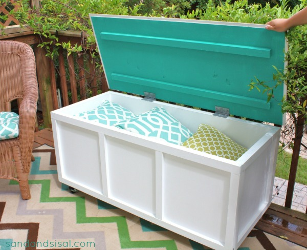 Build A Fancy Storage Bench For Your Patio Where You Can Keep All Your  Pillows, Blankets, And Anything Youu0027d Like!